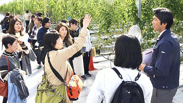 元木社長㊨から6次化の取り組みなどについて説明を受ける会員ら=いわき市四倉町、ワンダーファーム